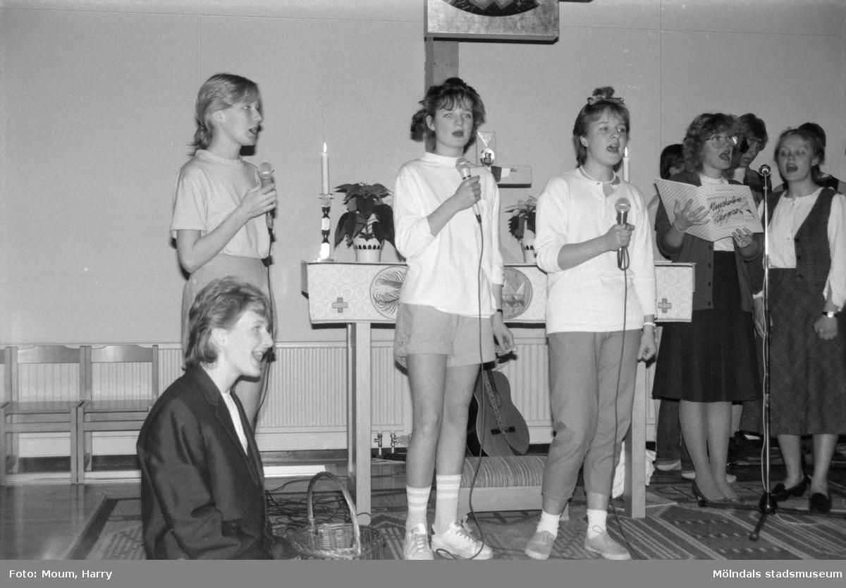 """Fässbergs Ungdomskör framför musikalen """"Pappa"""" i Apelgårdens kyrka i Kållered, år 1985.  För mer information om bilden se under tilläggsinformation."""
