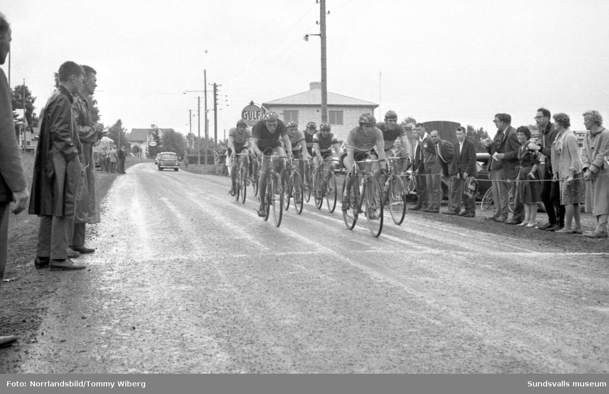 Norrlandsmästerskapen på cykel 1961 med start och mål i centrala Söråker. Publiken hyllar segraren Kjell Svensson, 22 år.