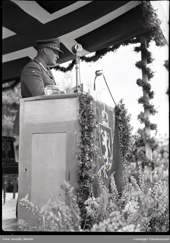 Kongelig besøk, kronprins Olav holder tale.