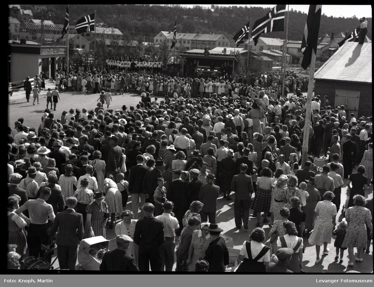 Kongelig besøk, folkemengden foran tribunen.
