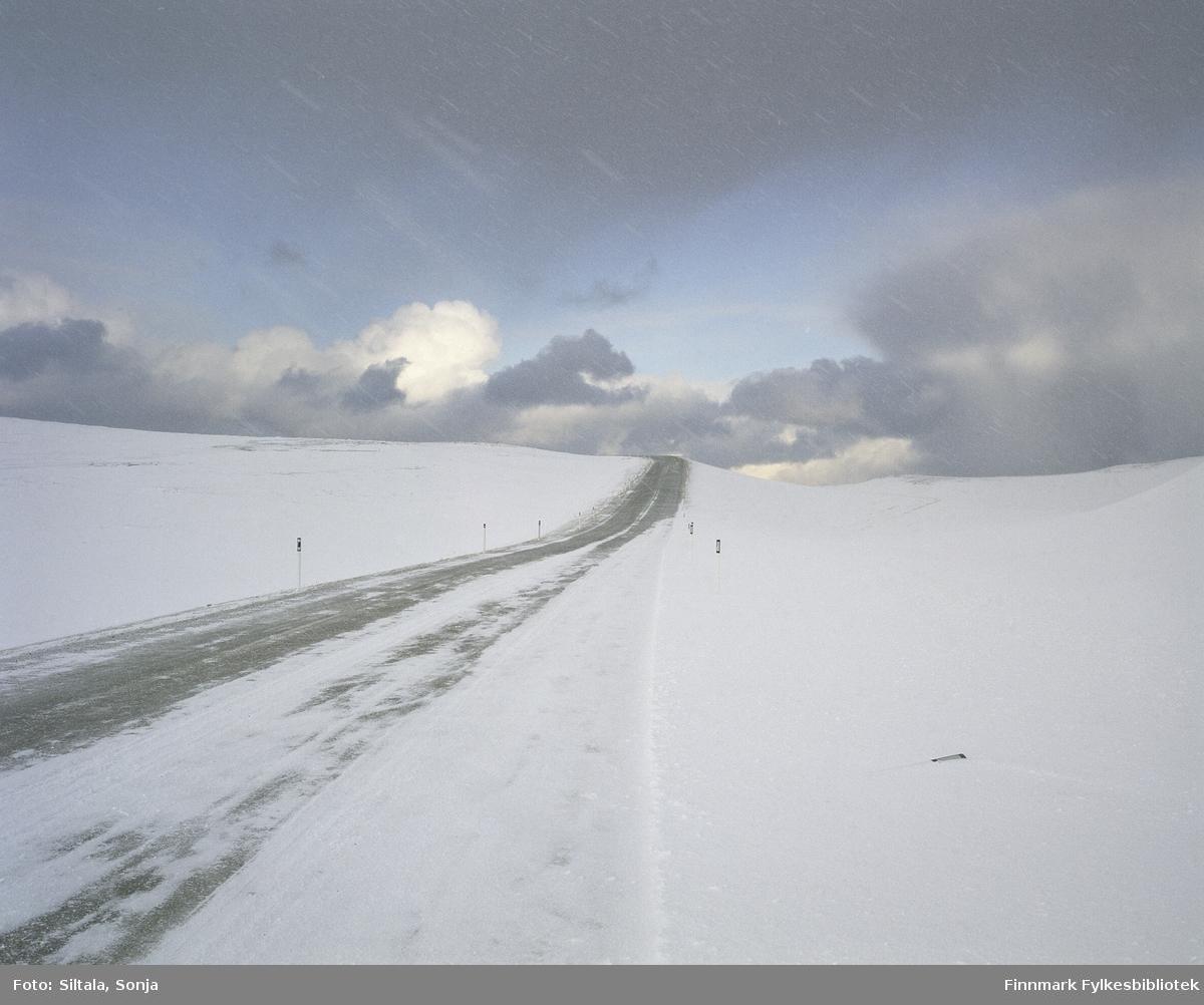 Riksveg E75 over Domen, fra Vardø mot Vadsø. Fotografen har stått på siden av veien. Fotografert i februar 2006