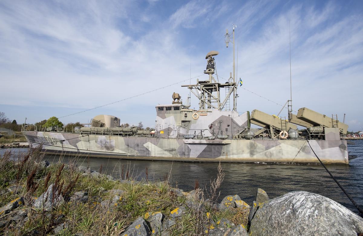 Musei robotbåten VÄSTERVIK har bogserats ifrån Marinmuseum i Karlskrona till Hasslö båtvarv för renovering/ommålning.