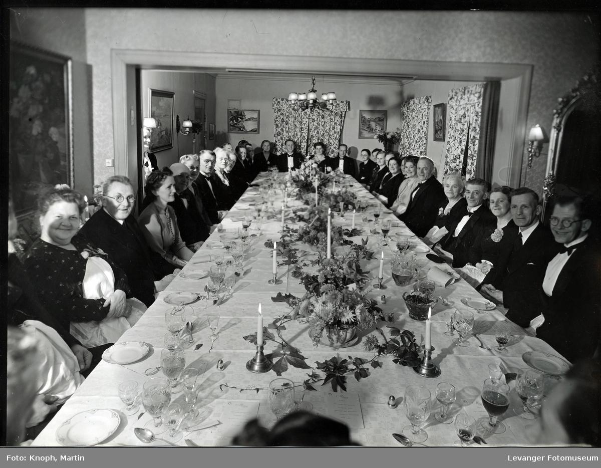 Gjester samlet rundt festbordet