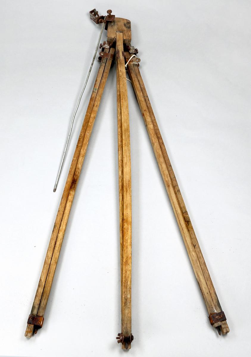 Stativ av tre med tre bein og beslag, skruer mm av metall