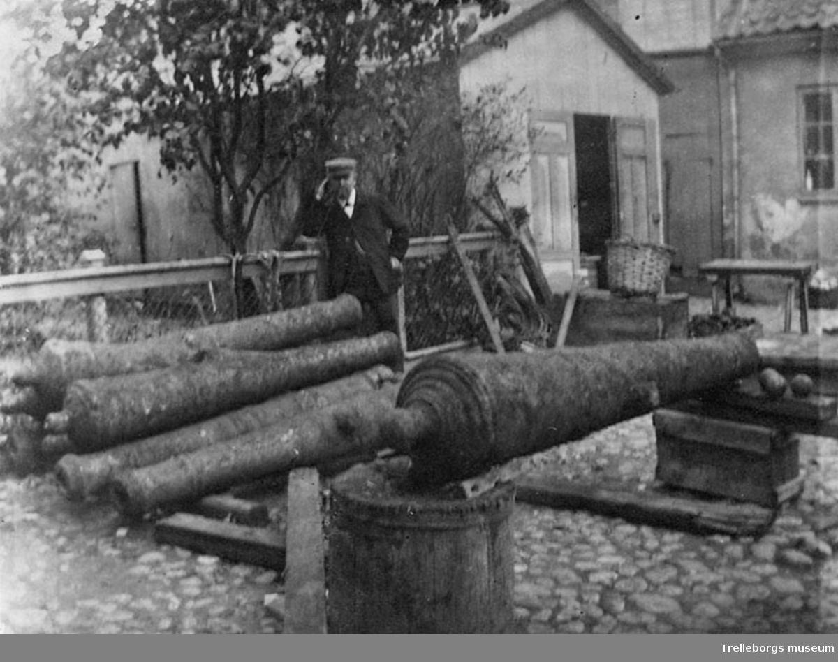 Skeppshandlare Pettersson med de kanoner som fiskades upp i hamnrännan år ?