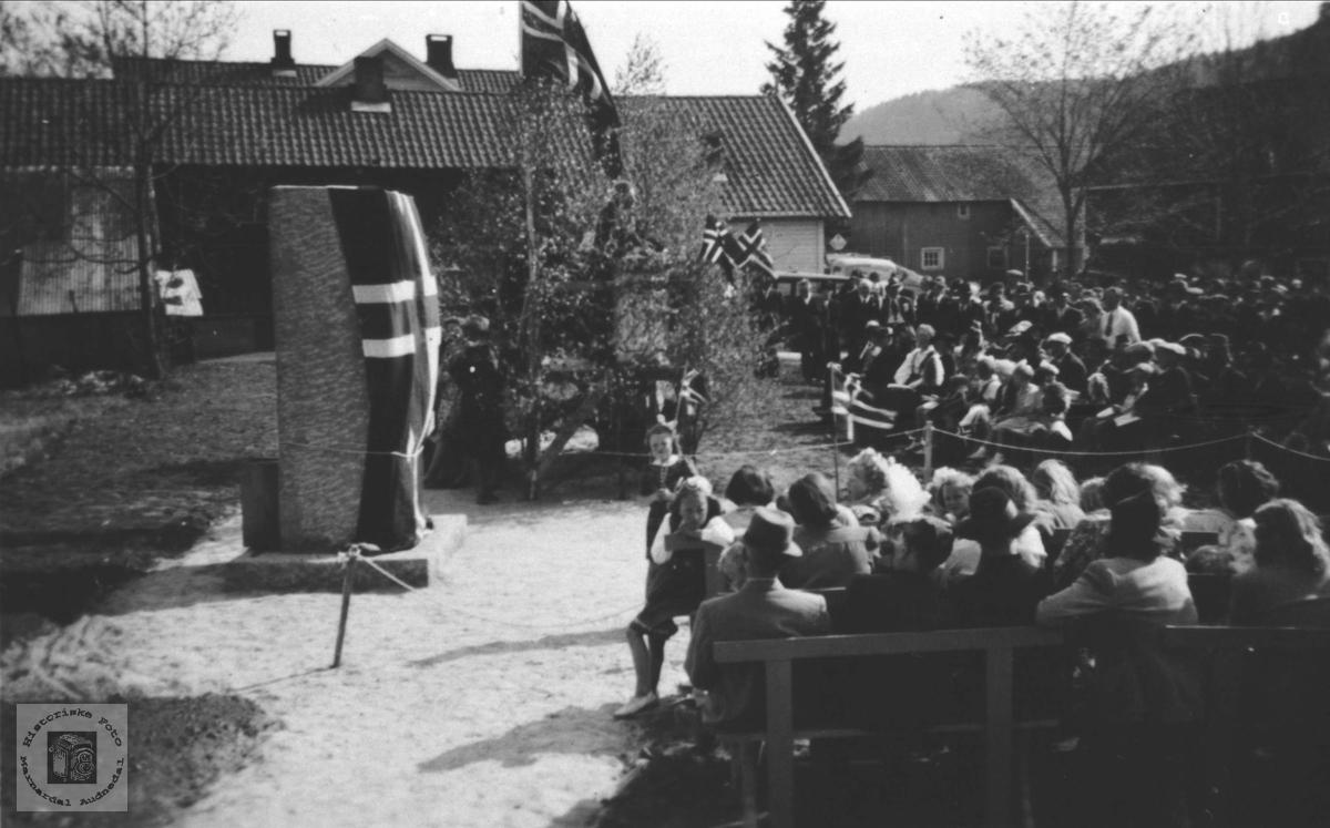Ved avduking av minnestøttenn på Øyslebø