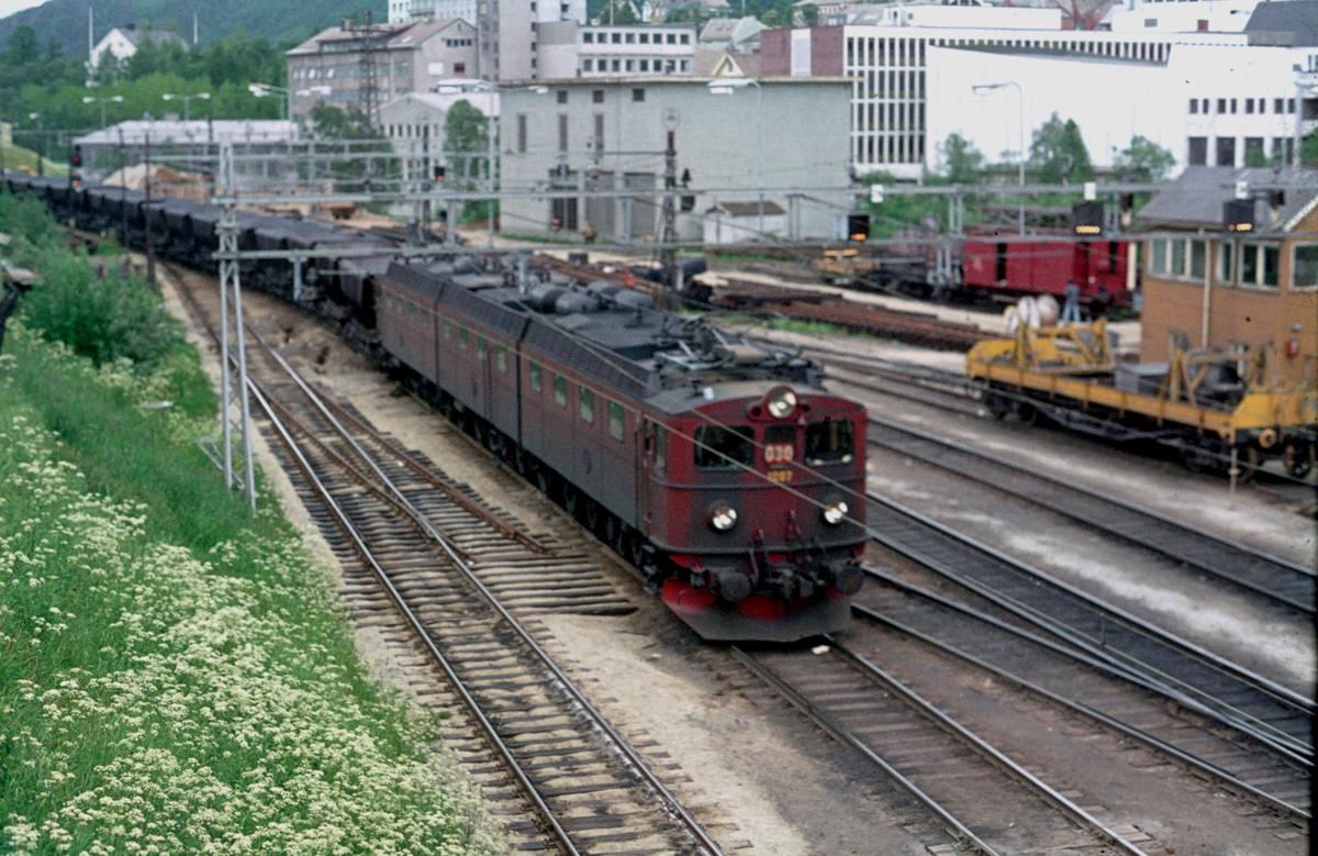 Malmtog fra Kiruna på vei inn på LKAB sitt sporområde, Øvre Ranger, i Narvik. Lokomotiv DM, DM3, DM.