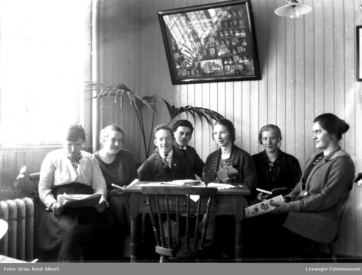 En gruppe elever på en skole i leserkroken med et stereoskop på bordet i forgrunnen.