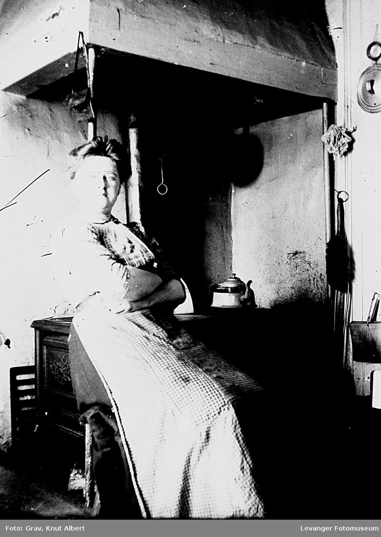 Kvinne ved komfyr (tidligere åpen grue?)