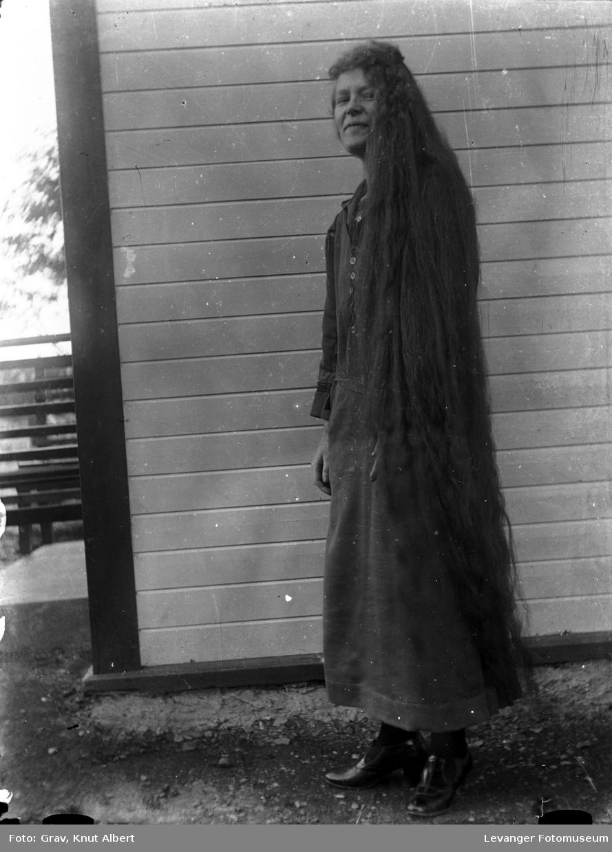 Portrett, jente med langt hår