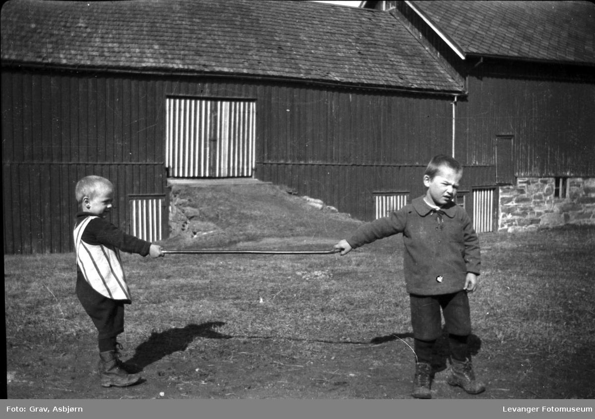 To gutter leker med stokk, på Mære Landbruksskole.