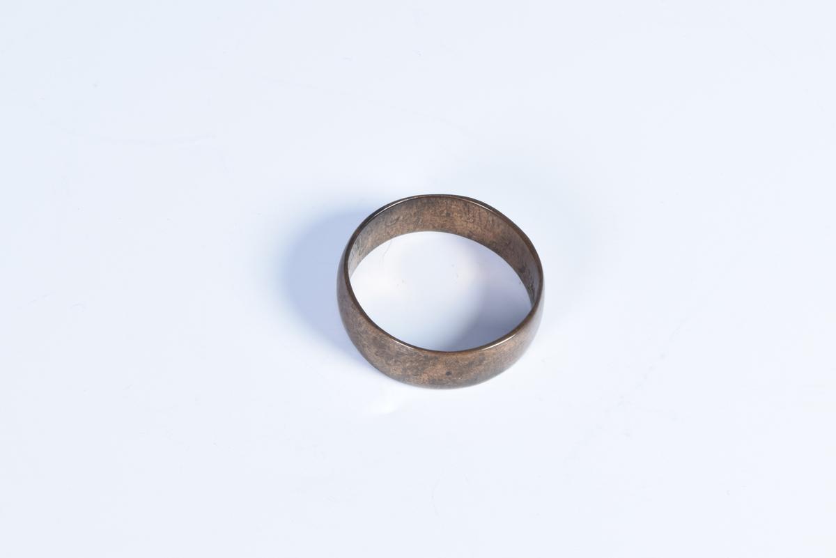 Enkel, bred ring.
