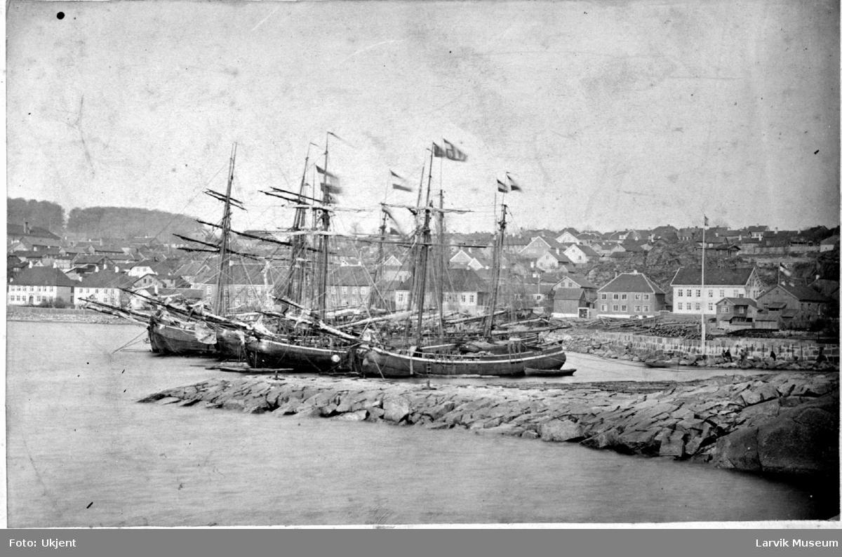 Hollenderkoffer, seilskip Hollenderkoffere på Larviks havn. Stensatt molo i forgrunnen. I bakgrunnen til venstre, Bøkeskogen, til høyre stensatt kai  med gamle trehus. Ingen jernbane. Tekst under bildet: Laurvig.