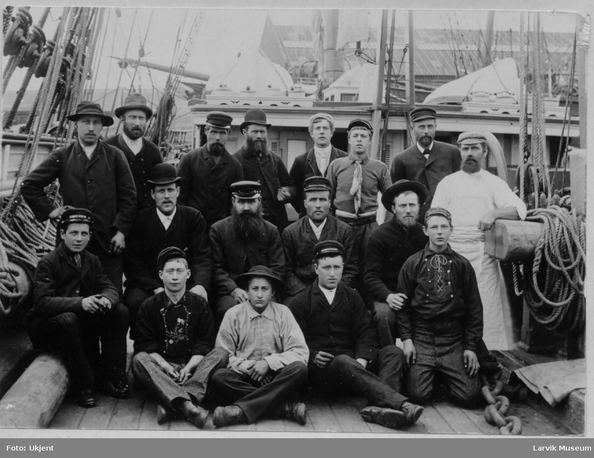 """Mannskapet på dekk av barken """"Høvding"""".  Skipper A. Engelstad, styrm. Isaksen, Ludvig Larsen, Hartvig Engelstad, stuert Søren Johnsen. Kapteinen nr. 2 øverst fra høyre A. Engelstad."""