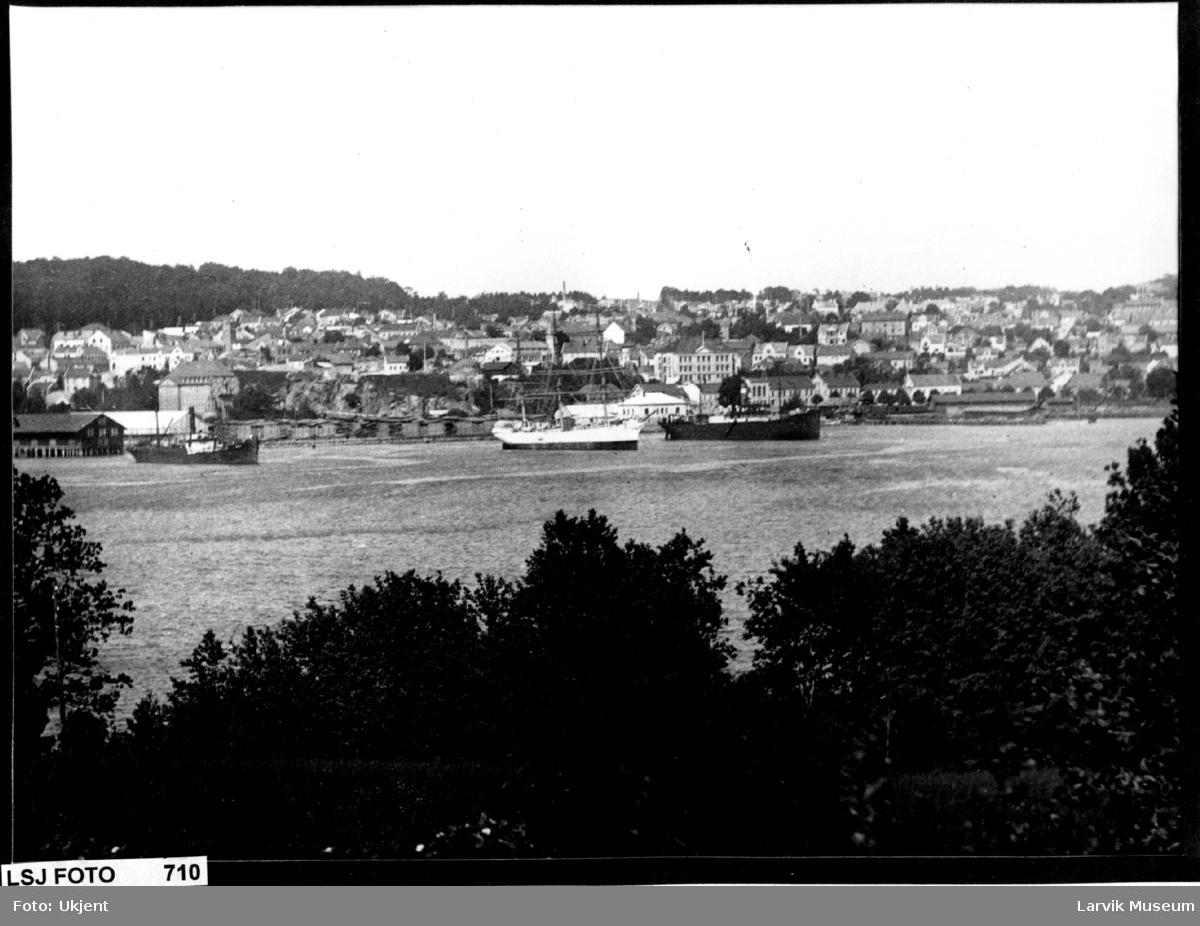 Havnemotiv, Larvik havn, Larvik sett fra Brunlaneslandet. Farrisfabrikken, Romberggata skole.