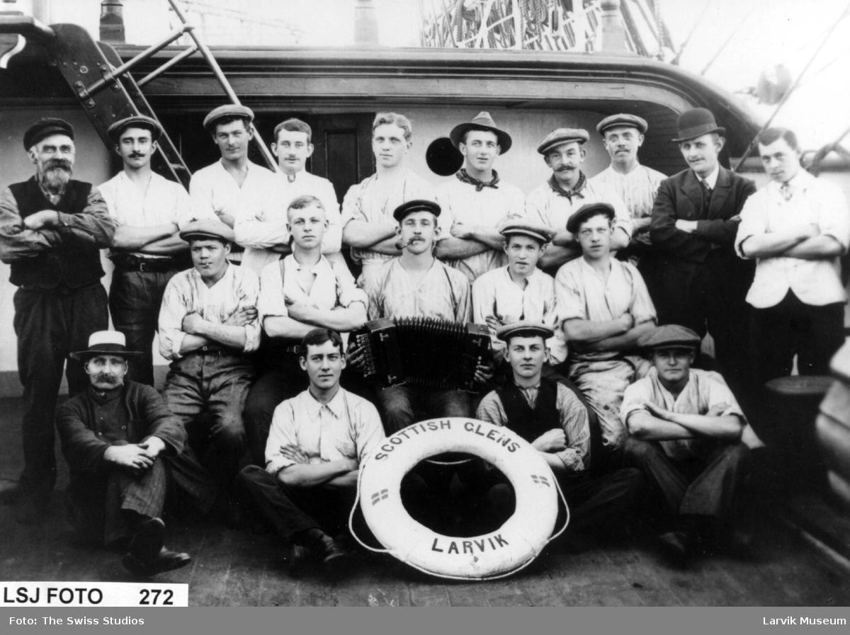 Båtmannskap ombord på fullriggeren Scottish Glens av Larvik