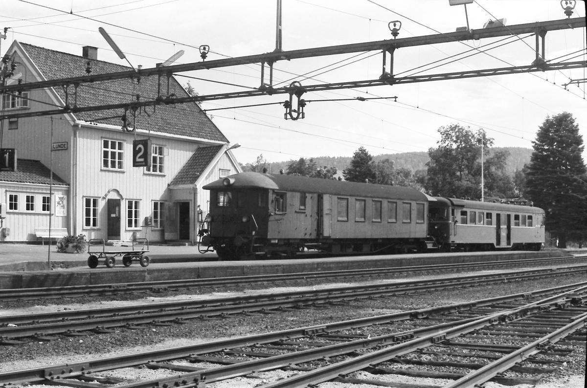 NSB elektrisk motorvogn type 67 og styrevogn type 65. Lunde stasjon, lokaltog Lunde - Nordagutu. BM 67 15.