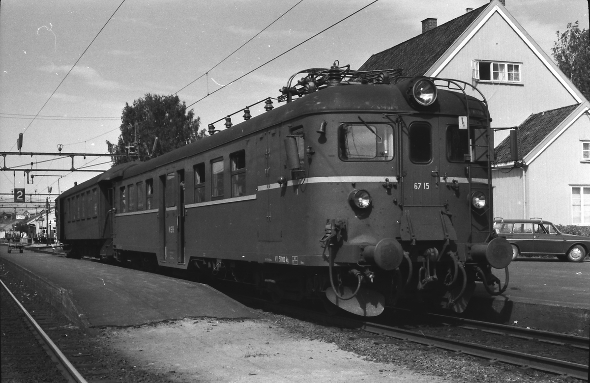 NSB motorvogn type 67, BM 67 15, i Lunde stasjon. Lokaltog mellom Lunde og Nordagutu. Styrevogn type 65.