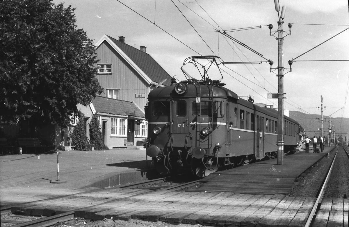 Bø stasjon. Lokaltoget Lunde - Nordagutu. NSB elektrisk motorvogn type 67, BM67 15, og styrevogn type 65.
