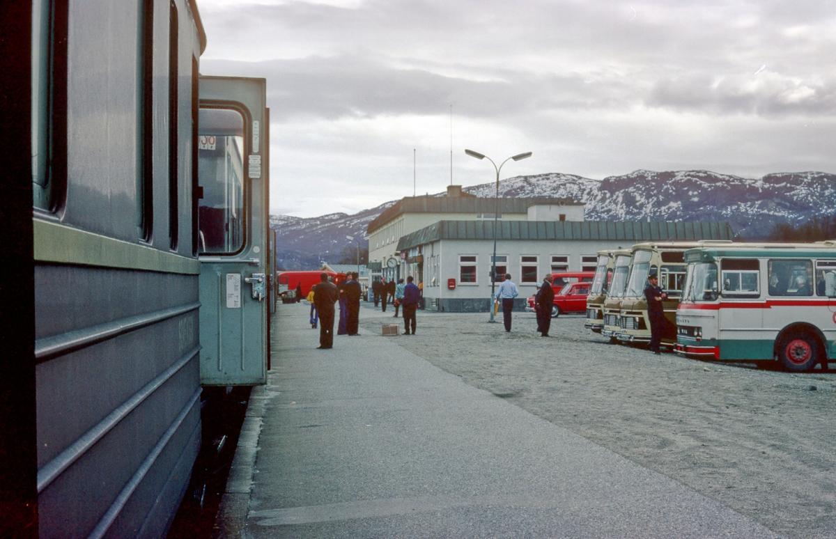 Fauske stasjon. Nattoget har stanset på stasjonen, og bussene nordover venter på reisende.