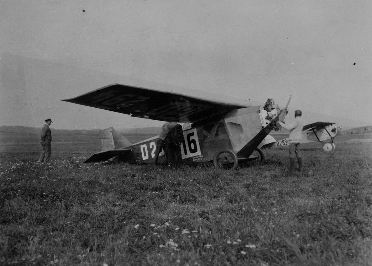 Mekaniker och flygare i arbete på civilt flygplan Caspar CLE 11 med registrering  D282 på Internationella luftfartsutställningen ILUG i Göteborg, 1923. I bakgrunden står civilt flygplan Stahlwerk Mark RIII/22 med registrering D-283.