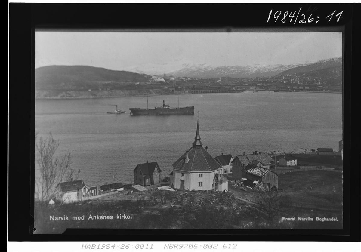 Ankenes rundt kirka. Utsikt mot Narvik havn. Styrbjørn, malmbåt