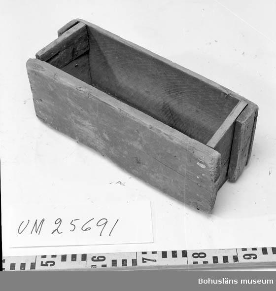 Rektangulär. Tillhör räksåll UM025698. Insamlad i samband med  dokumentation av trålfiske efter havskräfta 1994 - 1995, se Bohusläns museums arkiv och fotosamling.