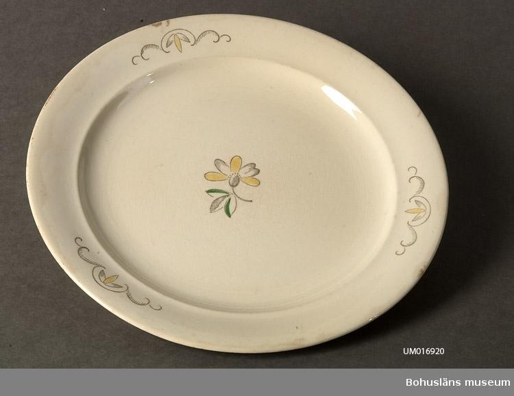 471 Tillverkningstid 1930-40TAL 410 Mått/Vikt !DIAM 240 MM 106 OCM *264-454 600 Märkt med Rörstrandsfirmamärke och 391 och 6 samt Sverige. Dekor på 6001 spegeln av blomma i gult,grönt och gråbrunt samt dekor på bräm.