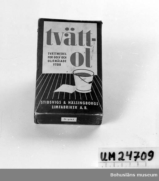 """471 Tillverkningstid 1940-TAL ? 410 Mått/Vikt TJ 3 CM  Fyrkantig förpackning. Färger: grå-blått, vitt och rött. Text på framsidan: """"tvättol TVÄTTMEDEL FÖR GOLV OCH OLJEMÅLADE YTOR STIDSVIGS & HÄLSINGBORGS LIMFABRIKER A.B."""". Oöppnad förpackning."""