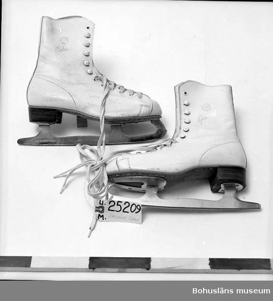 """Vita. Text på skaftet:""""ABC Galant"""". Snörning - vita skosnören. På skenan står det:""""ABC KUNGÄLV SWEDEN PURE SWEDISH STEEL"""". Text på sulan:""""Waterproof ABC 39"""". Inköpta 1965 efter att de gamla förstörts då Uddevalla läroverk brann."""