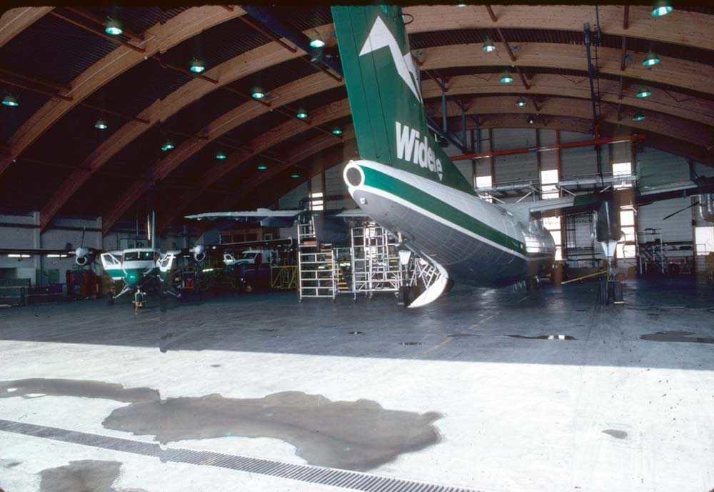 Hangar. Bodø. To fly, De Havilland Canada DHC-7-102 Dash7 og De Havilland Canada DHC-6-300 Twin Otter, fra Widerøe.