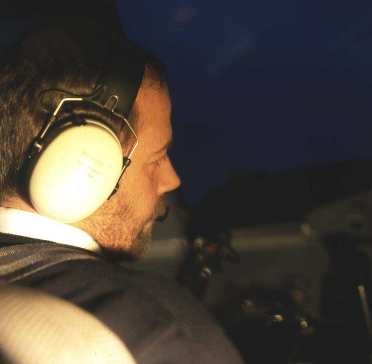 Lufthavn/Flyplass. Flyger/pilot. Et fly, DHC-8 /Dash8 fra Widerøe klargjøres for oppstart.