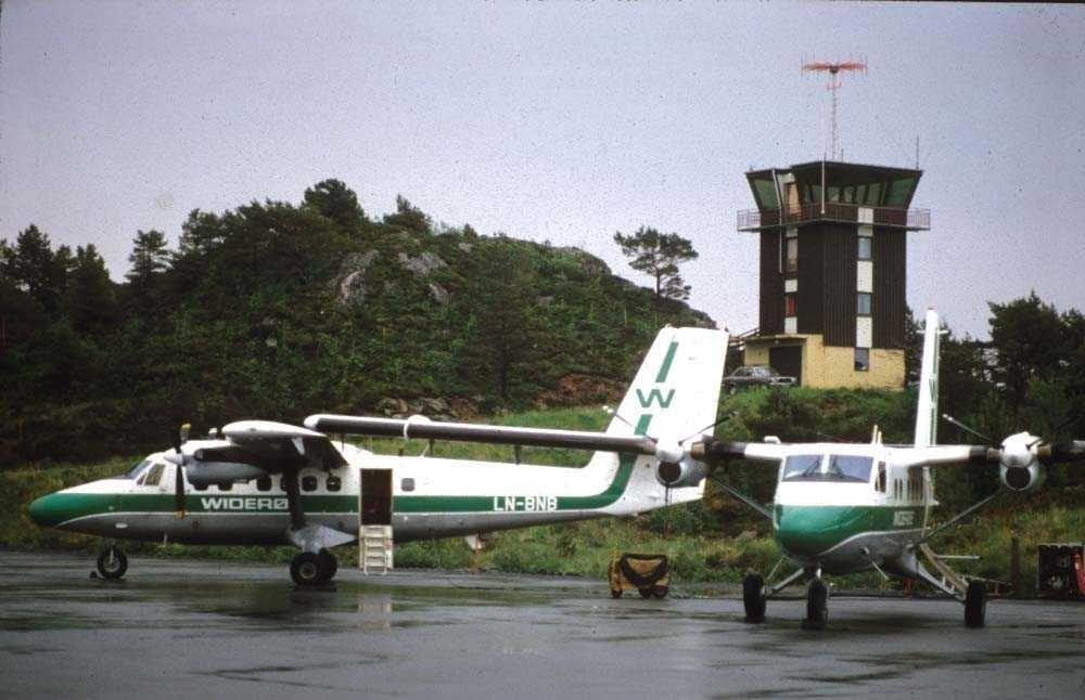 Lufthavn/Flyplass. Florø. To fly, LN-BNB og et ukjent fly, begge to DHC-6-300 Twin Otter fra Widerøe.