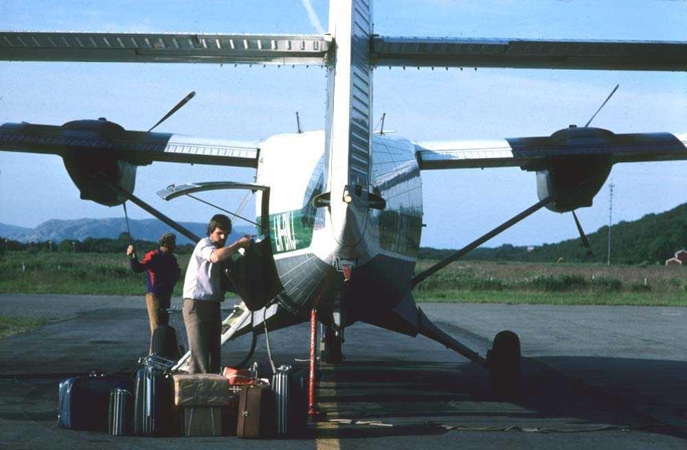 Lufthavn/Flyplass. Sandnessjøen. Ett fly, LN-BNJ, DHC-6-300 Twin Otter fra Widerøe.