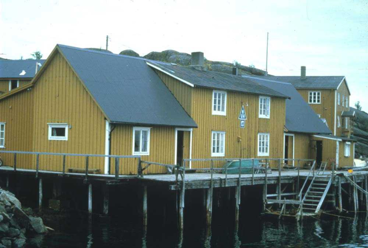 Landskap. Parti fra havna, kaianlegg og rorbuer et sted i Lofoten.