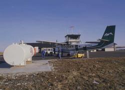 Lufthavn/Flyplass. Røst. Et fly, LN-FKA, DHC-6 Twin Otter fr