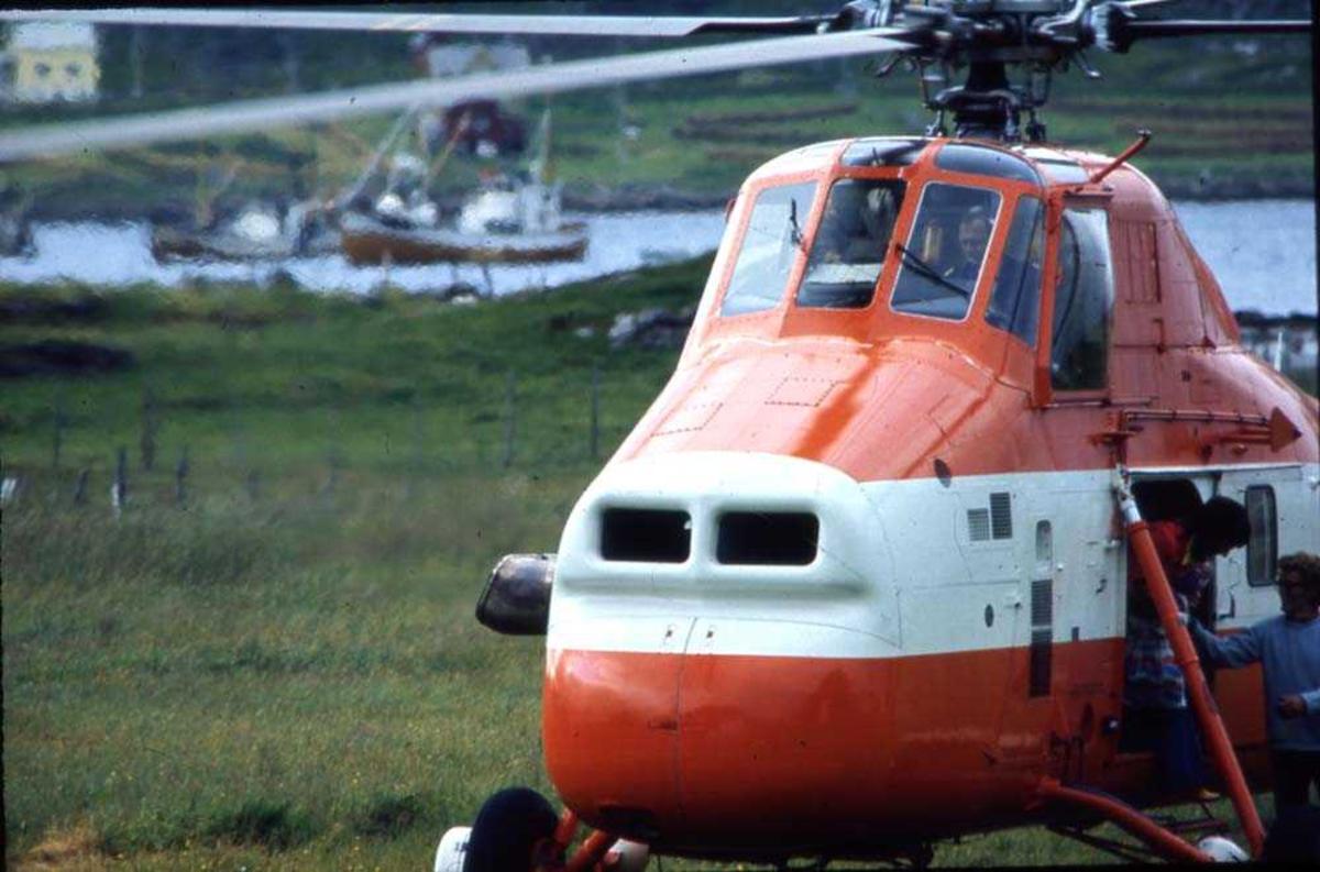 Lufthavn/flyplass. Værøy. Et helikopter, HB-XDT, S-58T fra Helilift AS Hamar, brukt som transport Bodø-Værøy v.v. før flyplassen på Nord-Værøy ble bygget.  Widerøes konsesjon.