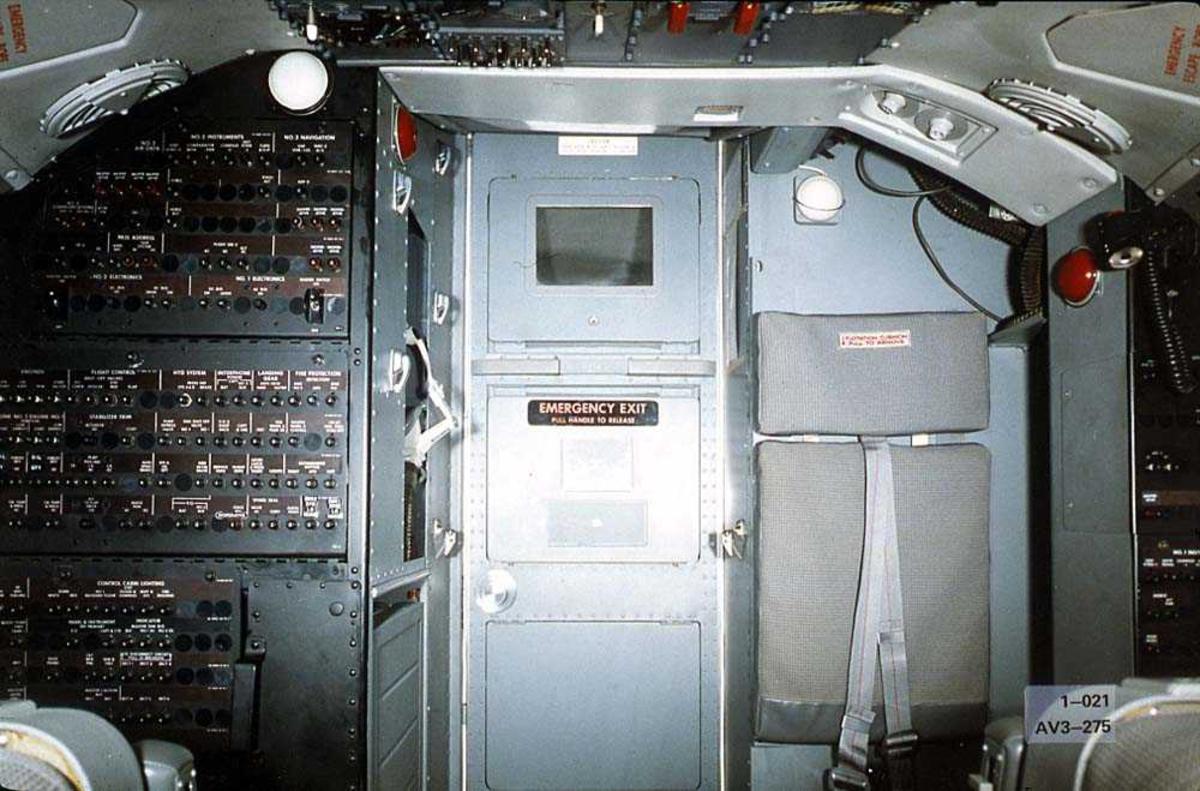 Cockpiten i en Boeing 737-200 tatt mot cockpitdøren.