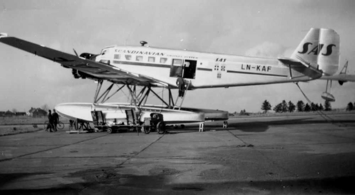 Lufthavn (flyplass/sjøflyhavn. Ett fly på bakken, Ju-52 LN-KAF fra SAS før sjøsetting.
