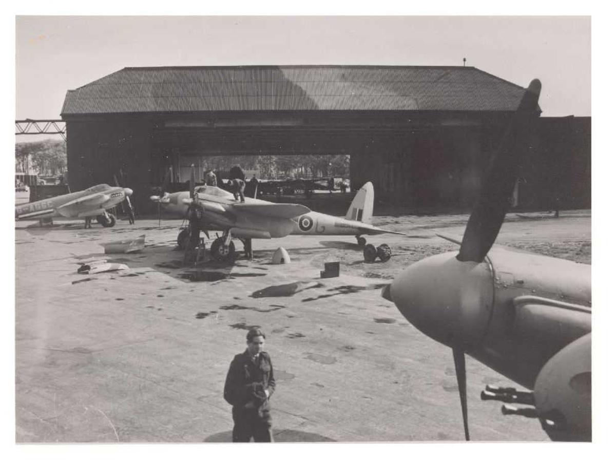 Flere fly på bakken. De Havilland Mosquito F Mk.II