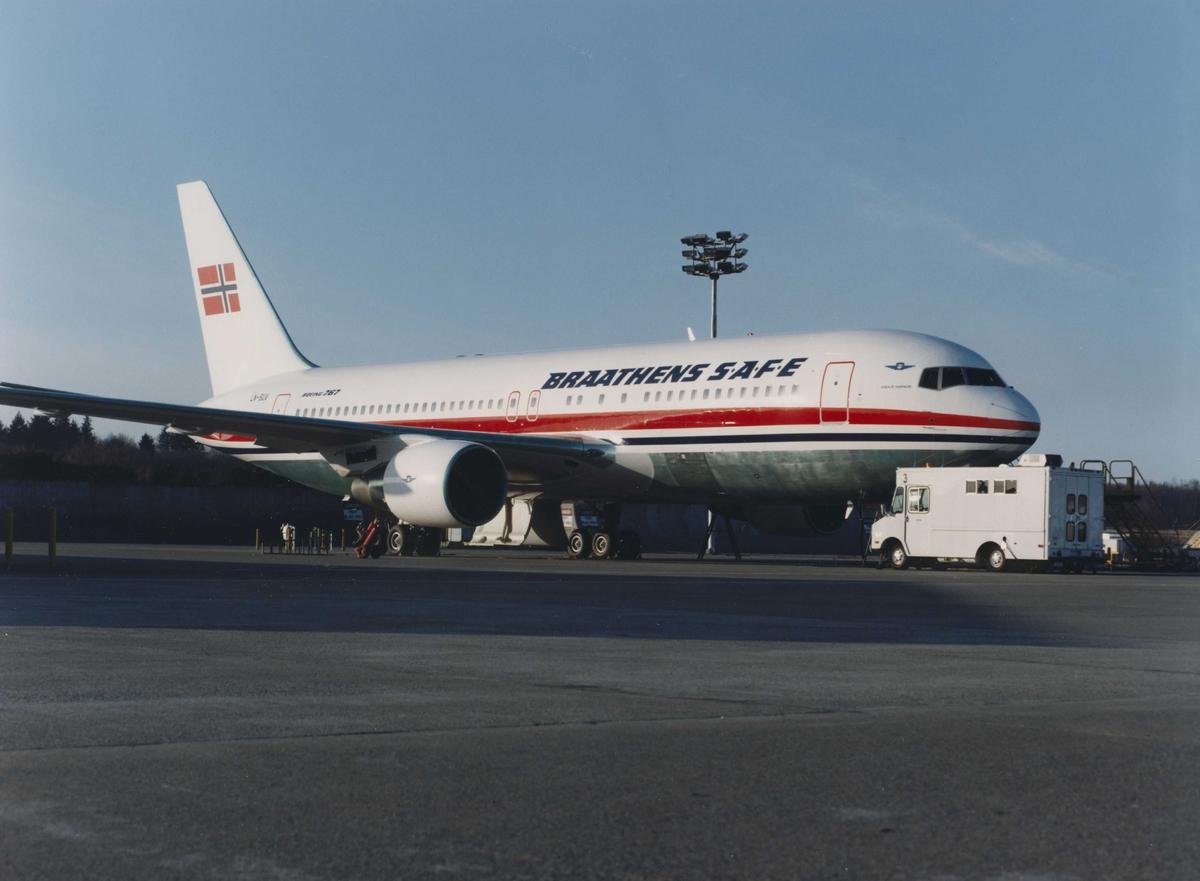Ett fly på bakken. Boeing 767. Braathens SAFE. LN-SUV