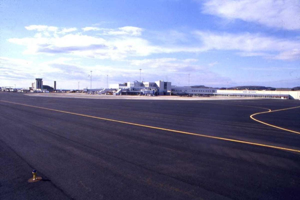 Lufthavn - flyplass. Oversikt over Bodø nye Lufthavn med det gamle flytårnet til venstre på bildet.