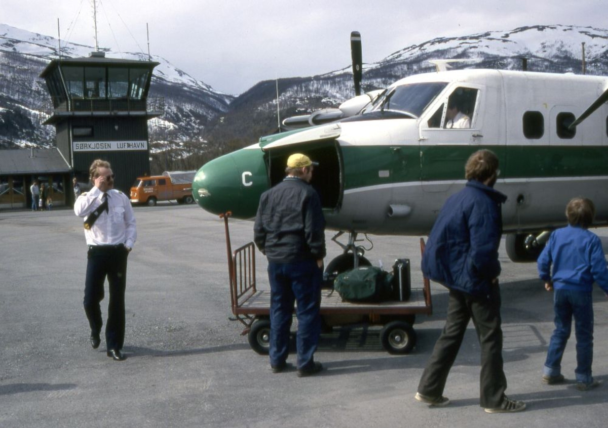 Lufthavn (flyplass). Et fly, LN-WFC, DHC-6-300 Twin Otter fra Widerøe og flere personer foran flyet, bl.a. en flyger (pilot)..