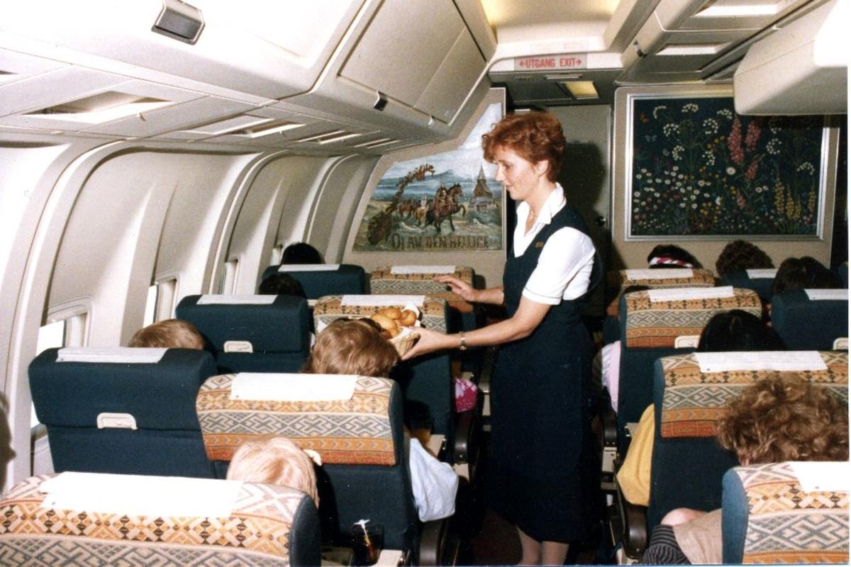 Lufthavn/Flyplass. En kabinansatt i aktivitet i kabinen til et fly, Boeing 767 fra Braathens SAFE.