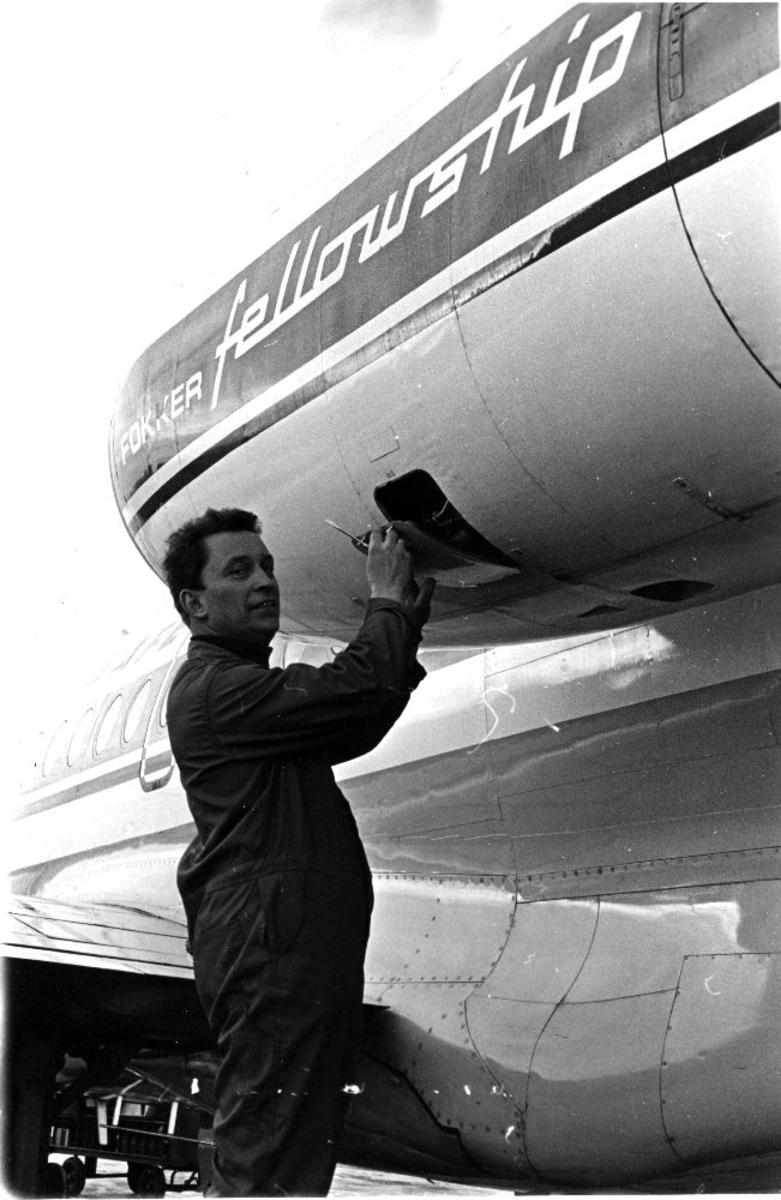 Lufthavn/flyplass. Fornebu. Et fly, Fokker F.28 Fellowship, fra Braathens SAFE. En person (flytekniker) foretar teknisk kontroll.