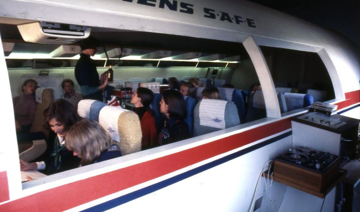 Lufthavn/Flyplass. I en kabinsimulator fra Braathens SAFE instrueres og trenes det i nødprosedyrer og evakuering.