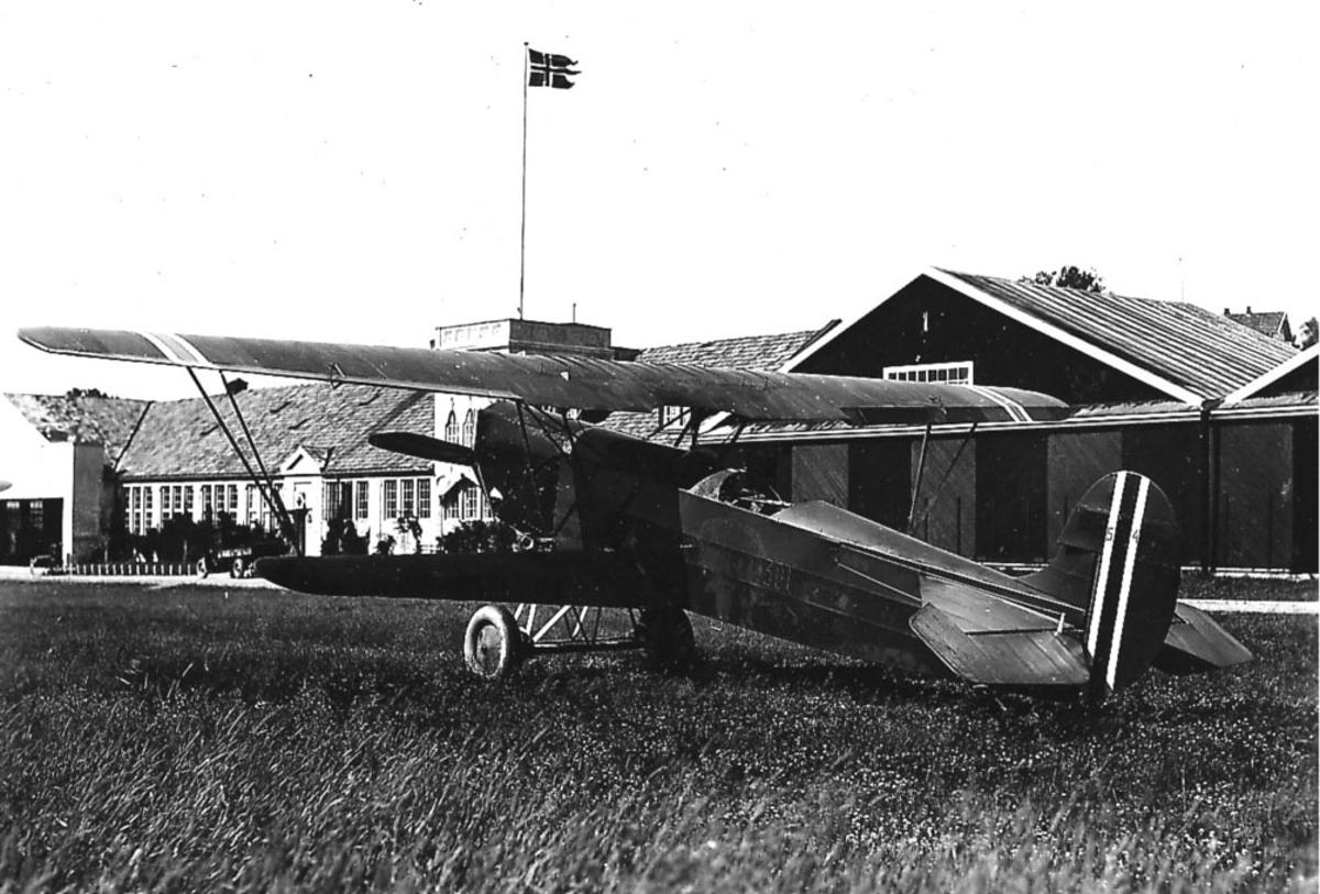 Kjeller lufthavn en Fokker CVE nr 301 på bakken, bygninger bakgrunnen