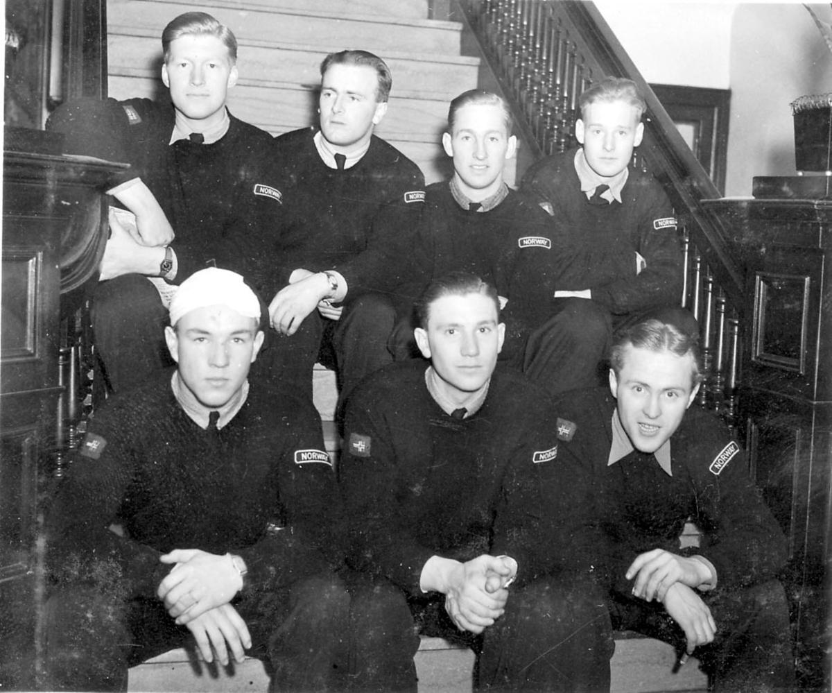 """Gruppeportrett, flere personer i militæruniform, med Norway """"merke"""" på skulderen."""