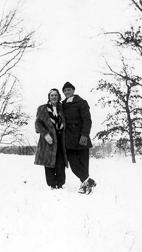 Portrett, to personer (kvinne og mann) tatt utendørs. Snø på bakken