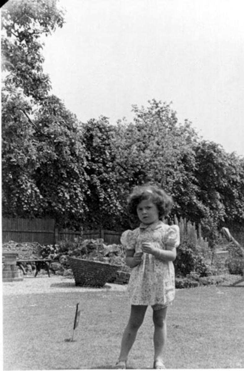 Portrett, barn ute i en park e.l.